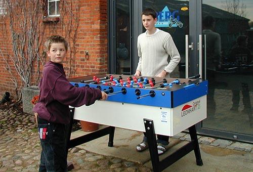 Gokarthof Jugendlicher und Kind spielen Leonhart Tischkicker